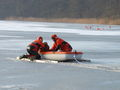 Der Dummy wird in das mitgeführte Boot geborgen