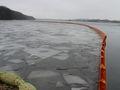 Mit einer ca. 300 Meter langen Ölsperre entlang der Uferpromenade wird das weitere Ausbreiten des Ölfilms verhindert.