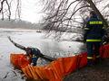 Auch an der anderen Uferseite wird das Ausbringen der Ölsperre zunächst landseitig vorbereitet.