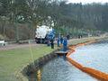 Die Firma Possehl saugt das Öl von der Wasseroberfläche ab.